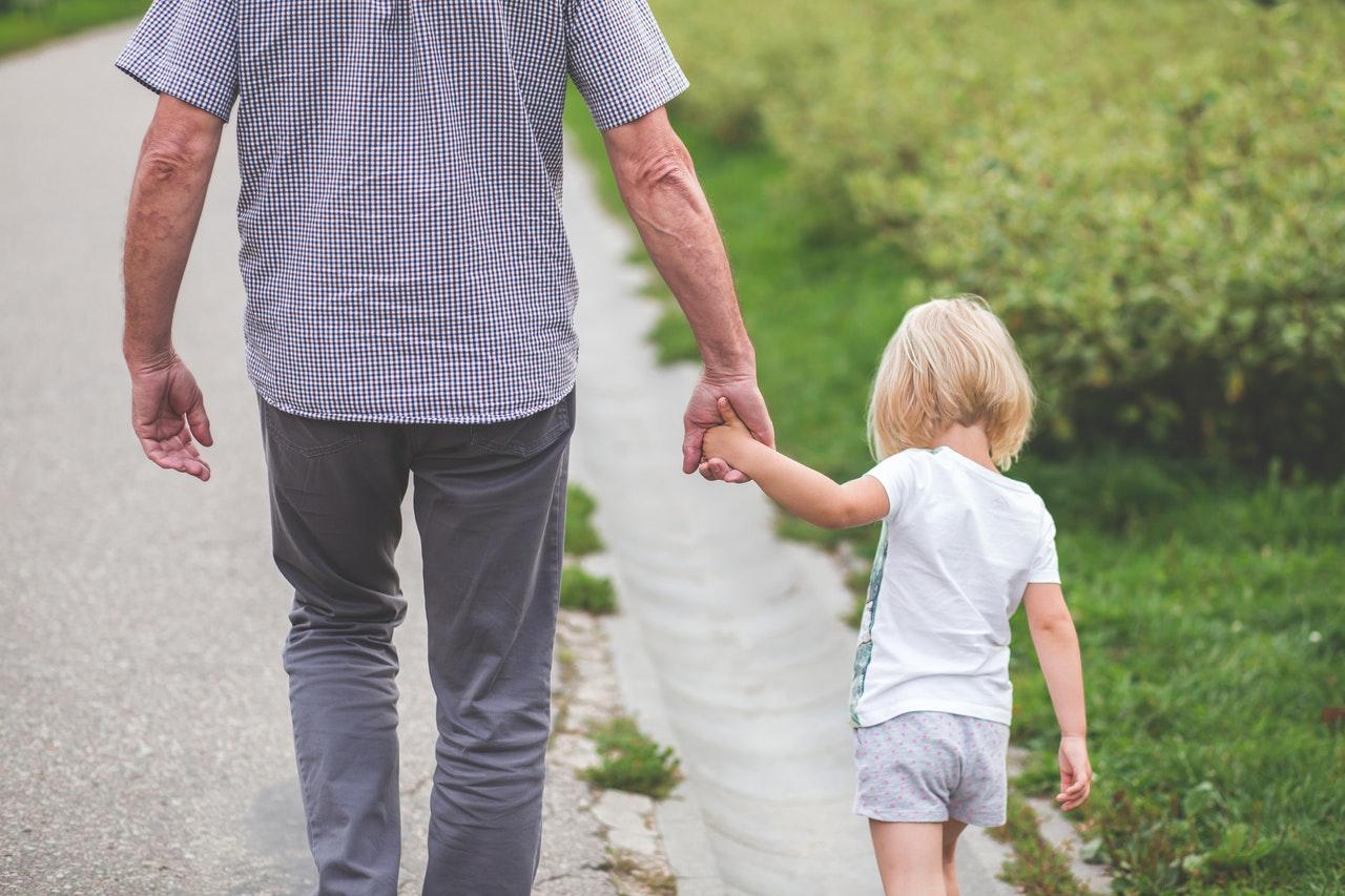 nonno e nipote a passeggio